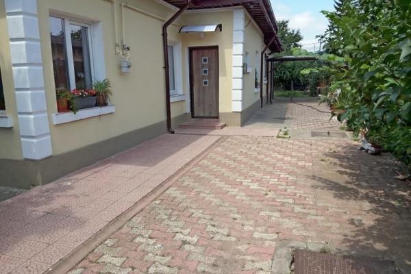 De cumpărat Cuplul englez care locuiește de câțiva ani deja în România cauta o casă mică cu gradina